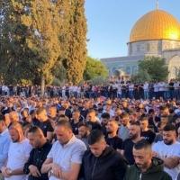 رغم تضييقات الاحتلال: عشرات الآلاف يصلون العيد بالأقصى