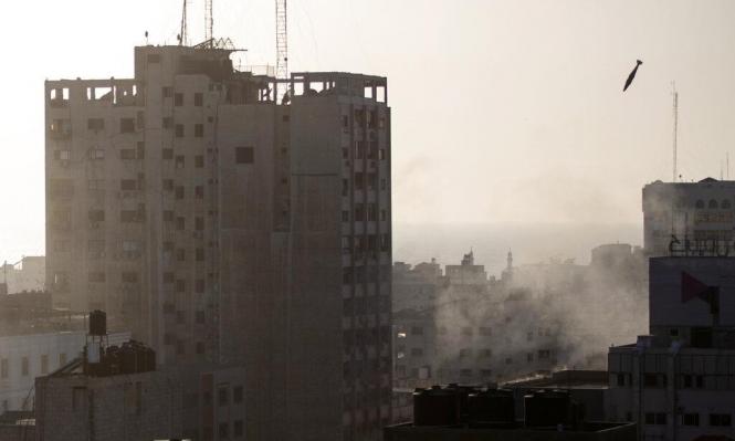 عدسة كاميرا ترصد لحظة استهداف الصاروخ لبرج الشروق بغزة