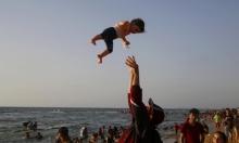 غزة تنفض غبار الحرب بمياه بحرها