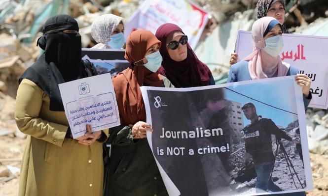 العدوان الإسرائيليّ بغزة لم يستثنِ الصحافة: شهيد وإصابات وتدمير مؤسسات