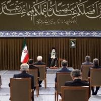 """خامنئي منتقدا روحاني: """"الثقة بالغرب لا تنفع"""""""