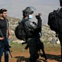 توثيق: مستوطن يستهدف فلسطينيين بسلاح عسكري وبحماية حنود الاحتلال