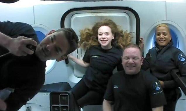 """كيف يقضي سياح الفضاء وقتهم بمركبة """"سبايس إكس""""؟"""