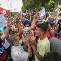 """آلاف التونسيين يتظاهرون ضدّ قرارات سعيّد: """"كل السلطات أصبحت بيد رجل واحد"""""""