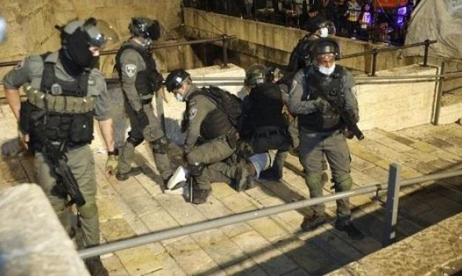 الاحتلال يعتدي على شبان قرب باب العامود في القدس