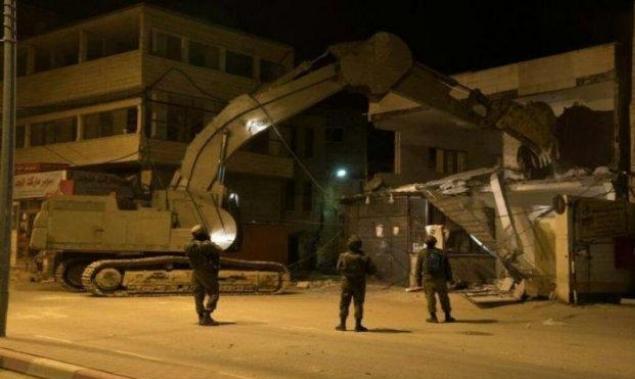 الاحتلال يهدم 30 منشأة تجارية قرب حاجز قلنديا